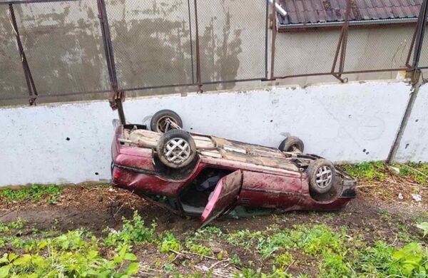 Своей дорогой: авто вылетело с путепровода