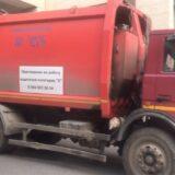 Молодой парень погиб под колесами мусоровоза во дворе офисного здания в центре столицы